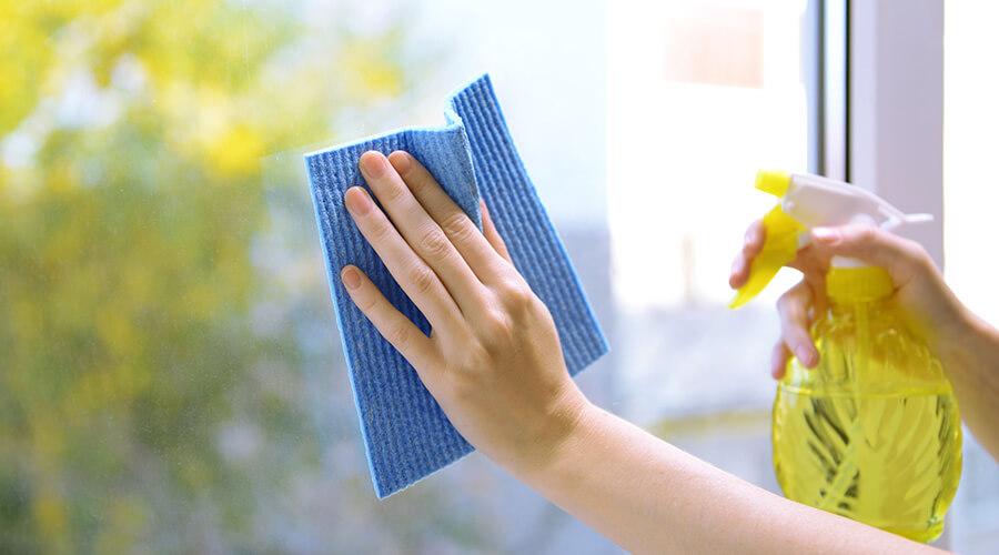 spray cleaning window